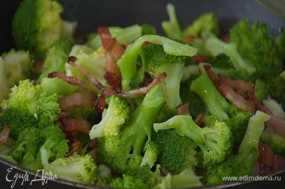 Брокколи с салом выложить в неразогретую глубокую сковороду, поставить на огонь, посыпать перцем чили, посолить, добавить измельченные руками грецкие орехи, все перемешать и прогреть.