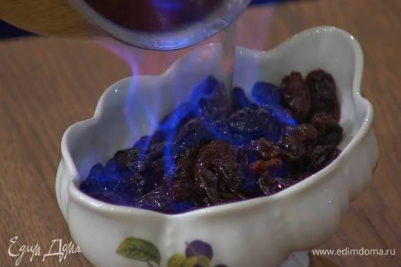 Изюм залить горячей смесью виски с водой, всыпать соду, все перемешать и оставить на 15 минут.