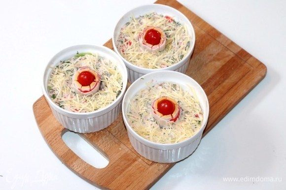 Заливаем капусту соусом и ставим формочки в разогретую до 190°С духовку на 20 минут. Затем посыпаем капусту тертым сыром и отправляем в духовку до расплавления сыра и румяной корочки.