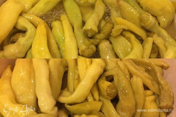 Готовый перец перекладываем в миску и повторяем то же самое с остальным перцем.