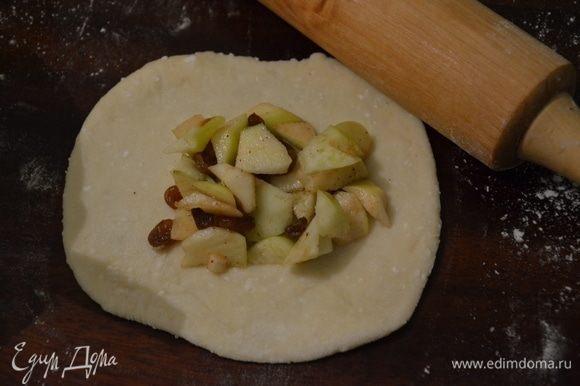 Тесто делим на небольшие кусочки, раскатываем кусочек теста в лепешку 4-5 мм толщиной, в серединку выкладываем начинку. Поднимаем края лепешки к центру, защипываем и формируем круглый пирожок.