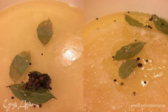 В кастрюле с толстым дном смешиваем все для маринада: воду, уксус, соль, сахар, специи, растительное масло. Довести до кипения и дать покипеть пару минут.