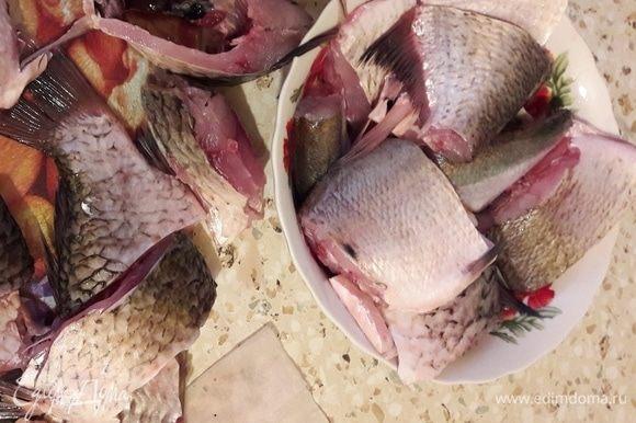 Рыбу почистить и нарезать крупными кусками.
