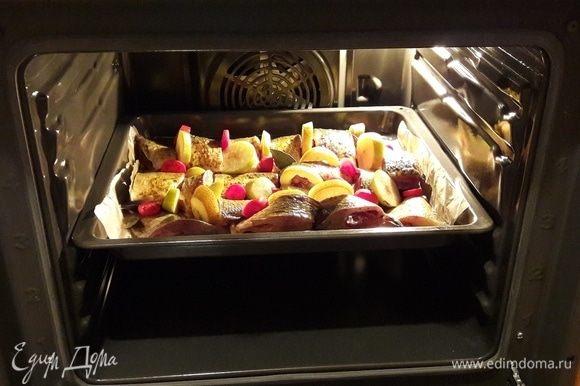 Поставить в предварительно разогретую до 170-180°С духовку на средний уровень.