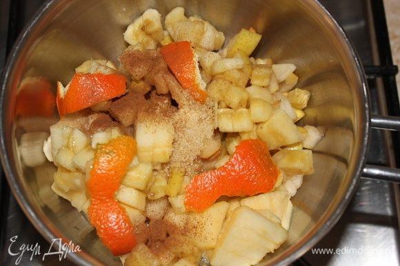 Сразу же всыпать нарезанные яблоко, грушу, банан, корицу, тросниковый сахар, 1/3 цедры мандарина. Накрыть крышкой, и оставить томиться на медленном огне, переодически помешивая.