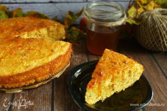 Пирог наколоть деревянной шпажкой и полить сиропом. Приятного аппетита!