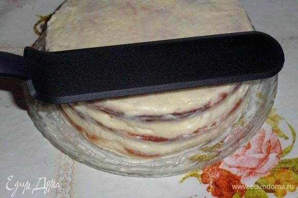 Аналогично поступаем с оставшимися коржами, кремом и сливами. Убираем торт в холод.