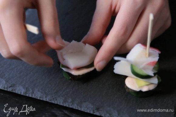 Затем — кусочек авокадо и крабовое мясо.