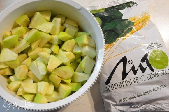 Сбрызнуть яблоки лимонным соком и перемешать.