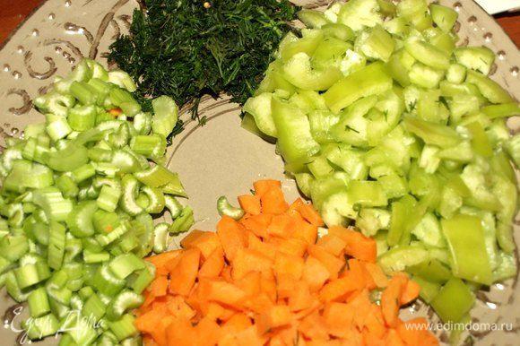 Вес указан уже очищенных овощей. Морковь, сельдерей, болгарский перец моем, чистим и нарезаем кубиками. Укроп мелко рубим.