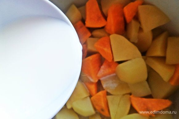 После того, как кусочки станут мягкими, сливаем отвар (но не выливать!), вливаем чашку горячего молока.