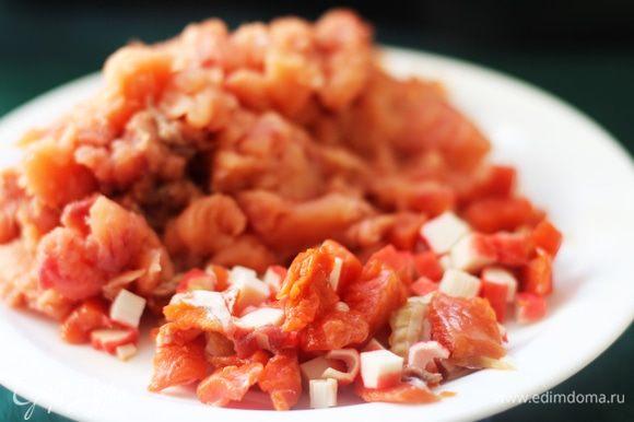 Нарезать лосося, копченый лосось и крабовые палочки Vici. Приготовить посыпку: перемолоть хлебные крошки с зеленью и цедрой.