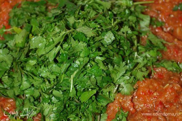 И в конце добавляем зелень кинзы, перемешиваем и в течение нескольких минут прогреваем зелень с соусом.