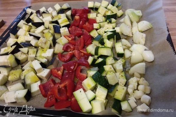 Все овощи порезать на кусочки, выложить на противень, покрытый пергаментной бумагой, сбрызнуть оливковым маслом, посолить и поперчить. Запекать при 220°С в заранее разогретой духовке 20-30 минут. Охладить. Забыла добавить помидоры, но очень рекомендую, особенно вкусны бурые запеченные помидоры.