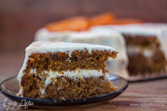 Морковный торт хорош тем, что ему не нужна никакая дополнительная пропитка, он изначально очень мягкий и сочный. Приятного аппетита!