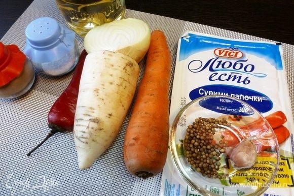 Подготовим продукты для хе с крабовыми палочками. Овощи вымоем и почистим. Зерна кориандра разомнем в крошку.