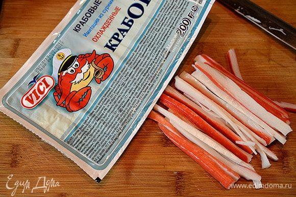 Крабовые палочки нарезать тонкой соломкой. Я всегда в своих блюдах использую крабовые палочки и крабовое мясо ТМ VICI. Они очень сочные, не содержат консервантов, сделаны из натуральной рыбы.