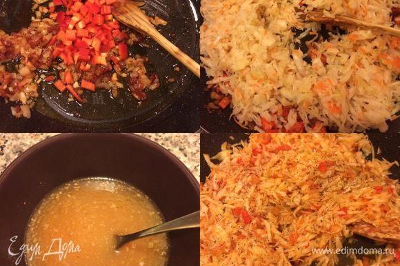 Начинка: в сковороде с толстым дном разогреть масло, потушить лук, чеснок. Добавить томат и перемешать. Затем добавить болгарский, капусту и перемешать. Аджику смешать с водой и добавить к капусте. Добавить тмин, перец, перемешать и тушить 20–25 минут. Аджику я добавляю свою ,ее можно приготовить по этому рецепту https://www.edimdoma.ru/retsepty/105061-krasnaya-adzhika