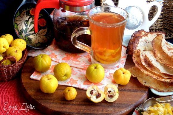 Я подавала чай с блинами из этого рецепта (только перевернула припеком внутрь): https://www.edimdoma.ru/retsepty/106621-bliny-s-krabovym-pripekom