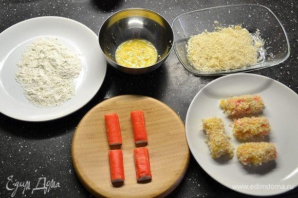 Остались палочки во фритюре. Для них нам нужно подготовить муку, яйцо и панировочные сухари. Каждую палочку режем напополам, панируем мука-яйцо-сухари-яйцо-сухари.