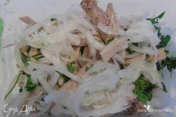 Смешайте в посудине мясо, лук и нарезанную зелень петрушки.