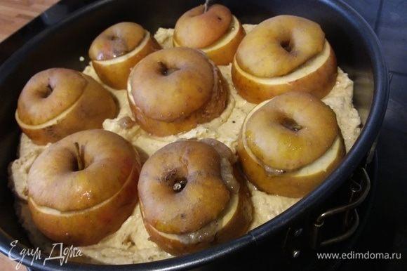 Разложить тесто по форме, выложить яблоки, вдавливая их слегка в тесто.