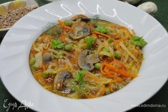 Перед подачей на стол овощной айнтопф посыпать зеленью.