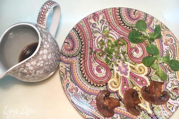 Через сито слейте в соусник получившийся бульон. Помойте и просушите пару веточек салата и мелко порубите зеленый лук.
