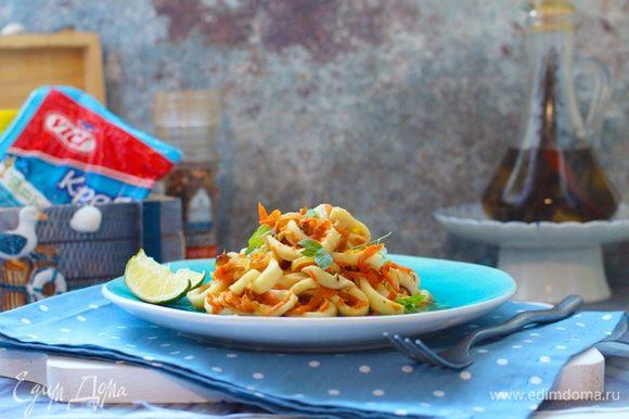 В сотейнике разогреть растительное масло. Слегка обжарить лук, всыпать морковь, добавить соевый соус, табаско и потомить овощи на среднем огне до мягкости. Добавить кальмары и крабовые палочки, лимонный сок, специи, попробовать на соль и при необходимости досолить (я предпочитаю добавлять соевый или устричный соус, но тут на любителя). Все перемешать, оставить на огне на 1 минуту. В конце добавить сливочное масло, перемешать, снять с плиты и оставить под крышкой доходить. Овощи и морепродукты напитаются сливочным маслом, собственным соком и приправами.
