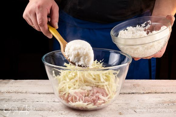 В глубокой емкости соедините рис, лук, куриный фарш, капусту. Добавьте специи по вкусу и все хорошо перемешайте. Форму для запекания смажьте оливковым маслом, выложите в нее основу для запеканки и хорошо утрамбуйте, выравнивая поверхность.