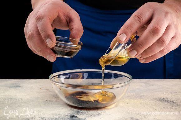 Приготовьте заправку. Для этого смешайте горчицу, мед и соевый соус. Смешайте до однородной массы.