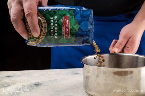 Зеленую чечевицу ТМ «Националь» промойте и варите до готовности в подсоленной воде. После воду слейте.