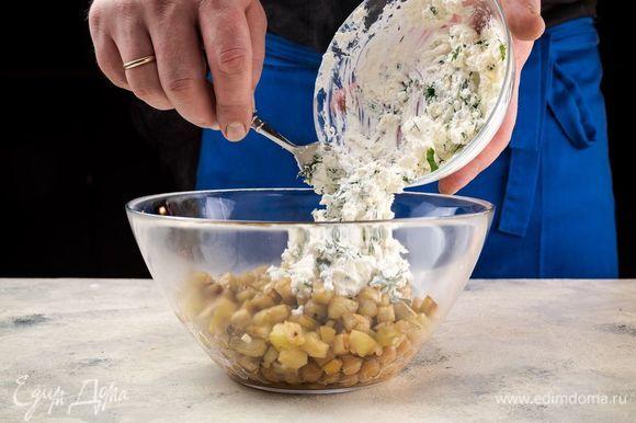 В глубокую чашу переложите нут и добавьте обжаренные ингредиенты.