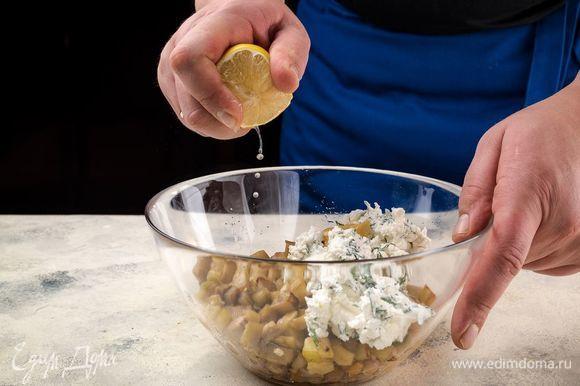 Добавьте в плошку фету. Салат заправьте горчицей, лимонным соком и специями. Все перемешайте.