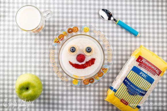 Выложите кашу в небольшие тарелки. Чтобы угощение еще больше понравилось детям, украсьте его фруктами и ягодами. Для этого хорошо подойдет банан, свежие ягоды и вкусный джем. Приятного аппетита!