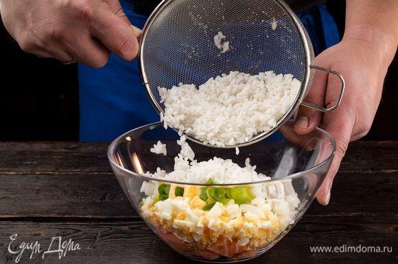 В глубокой емкости соедините все ингредиенты для начинки, добавьте специи по вкусу и все хорошо перемешайте.