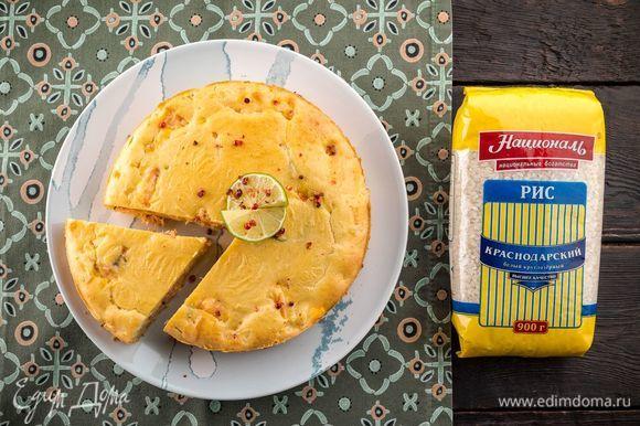 Выпекайте пирог при 180°С 30 минут. Готовность проверьте деревянной шпажкой. Готовый пирог остудите и нарежьте на порции. Приятного аппетита!