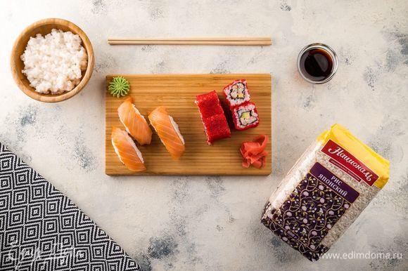 Роллы и суши подавайте с маринованным имбирем, васаби и соевым соусом. Приятного аппетита!