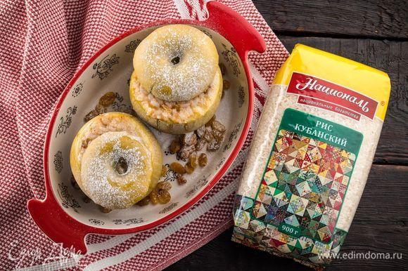 В форму для запекания выложите яблоки и крышечки. Запекайте при 180°С 35 минут. Немного остудите готовые яблоки и посыпьте сверху сахарной пудрой. Приятного аппетита!