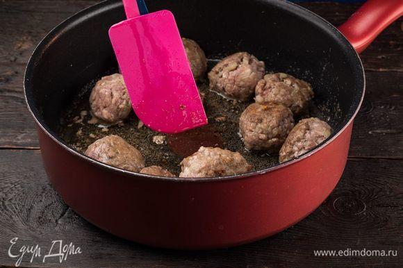 Сковороду смажьте оливковым маслом, слегка обжарьте мясные шарики.