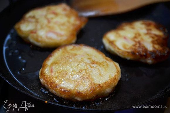 Добавить палочки в тесто, перемешать. Жарить небольшие блинчики с добавлением масла.