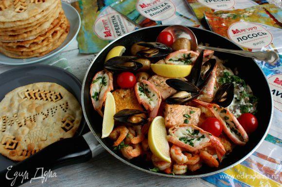 И это все! Остается лишь добавить в сковороду картошку и соус, сверху выложить аргентинские креветки и мидии.