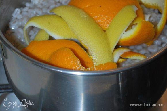 В кастрюлю добавим корки 1 апельсина и 1 лимона. Мелко резать их не надо, чтобы было удобно их доставать. Можно их нанизать на зубочистку, так тоже будет их удобно достать.