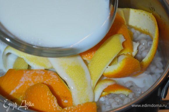 Добавим молоко и будем томить в течение 15-20 минут. Молоко пропитается ароматом цитрусовых и впитается в крупу. Все корки от апельсина и лимона уберем, крупа должна полностью остыть.
