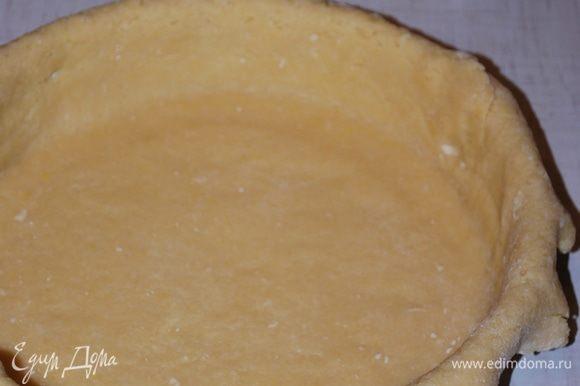 Раскатываем тесто и кладем в форму. Размер формы — 28 см.