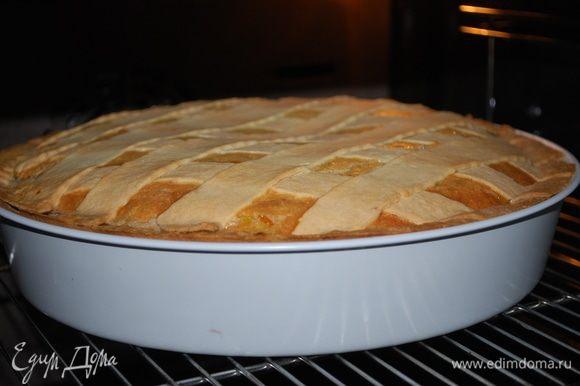 Пирог испекся, мы оставляем его в духовке до полного остывания.