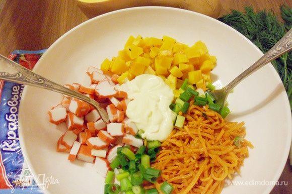 Добавить майонез, соль по вкусу. Аккуратно перемешать салат двумя вилками.