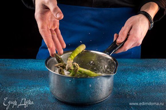 Поставьте рыбу запекаться в разогретую до 220°С духовку в течение 20-25 минут. Пока запекается рыба, припустите в воде или на пару спаржу.