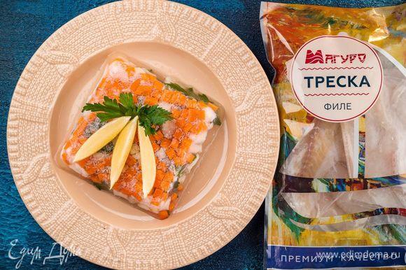 На сервировочное блюдо переверните формочку и извлеките желе. Снизу будет рыба, а сверху — яркий рисунок из овощей. Украсьте блюдо лимонными дольками, зеленью и подавайте на праздничный стол. Приятного аппетита!