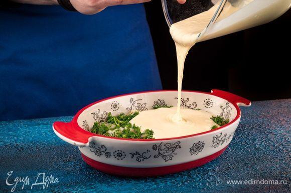 Вылейте вторую часть теста сверху на начинку. Выпекайте пирог при 200°С до готовности.